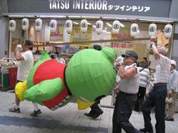 商店街は人通りも多く、運搬する作業に自ずと注目が集まります